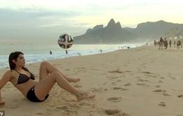 Tâng bóng kĩ thuật đánh bại 800 trai trẻ, người mẫu bikini thách đấu Messi