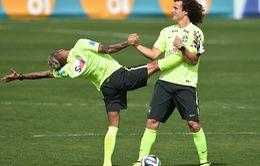 """David Luiz và Dani Alves... """"múa ballet"""" trên sân tập trước trận gặp Đức"""