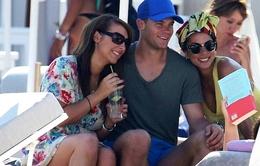 """Neuer chụp chung với fan nữ xinh đẹp, bạn gái """"làm ngơ"""""""