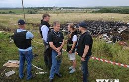 Nhân viên vũ trang Hà Lan, Australia tới bảo vệ hiện trường MH17
