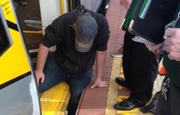 Hàng chục người đẩy nghiêng tàu điện ngầm cứu nạn nhân bị kẹt ở Perth
