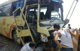 VIDEO: Xe khách lật nhào, 11 Việt kiều thoát chết