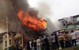 Hà Nội: Hỏa hoạn thiêu rụi cửa hàng nội thất 5 tầng