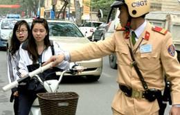 Xử phạt nhiều học sinh đi xe đạp điện không mũ bảo hiểm