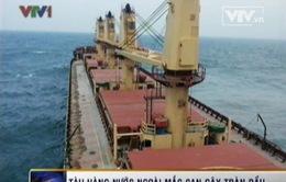 Tàu hàng Panama mắc cạn gây tràn dầu trên biển VN