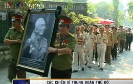 Chiến sĩ Trung đoàn Thủ đô tiễn biệt anh Văn