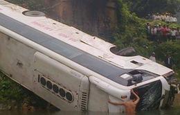 Xe chở khách lao xuống suối, 10 người thương vong