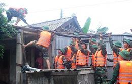 Quân khu 4 điều động 8.000 chiến sĩ giúp dân vùng lũ