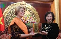 Bà Nguyễn Thị Kim Ngân nhận giải thưởng của UNICEF