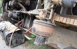 Ô tô chở gỗ tràm bất ngờ rơi lốp