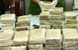 Xét xử 26 bị cáo trong vụ án mua bán gần 1.800 bánh heroin
