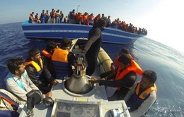 Tàu chở người nhập cư chìm ngoài khơi Libya, hơn 20 người chết