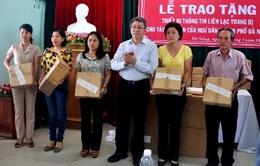 Trao thiết bị thông tin liên lạc cho ngư dân Đà Nẵng