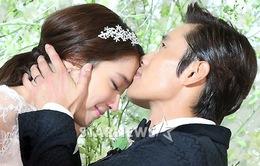 Lee Byung Hun hạnh phúc hôn vợ mới cưới