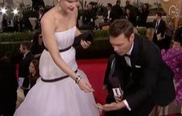 Jennifer Lawrence đánh rơi vòng kim cương trên thảm đỏ Quả cầu vàng
