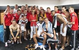Thủ tướng Merkel tới phòng thay đồ chúc mừng đội tuyển Đức