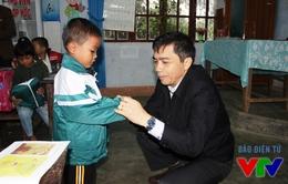 Quỹ Tấm lòng Việt trao áo ấm cho trẻ em vùng cao Quảng Bình