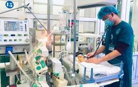Nỗ lực cứu bé 22 ngày tuổi xuất huyết não nguy kịch