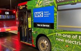 Số ca mắc tăng vọt, Anh phải huy động xe buýt để chở bệnh nhân COVID-19
