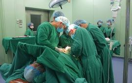 Phẫu thuật cầu nối động mạch bằng mạch nhân tạo cho bệnh nhân cao tuổi