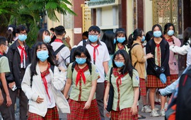 TP. Hồ Chí Minh: Học sinh đeo khẩu trang, đo thân nhiệt trước khi vào trường học