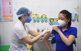 Ngày Quốc tế Phụ nữ 8/3: Các nữ nhân viên y tế được ưu tiêm tiêm chủng vaccine COVID-19 trước