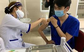 Video: Bệnh viện đầu tiên của Hà Nội chính thức tiêm vaccine ngừa COVID-19