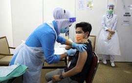 Hàng trăm nhân viên y tế Malaysia mắc COVID-19 sau khi tiêm vaccine