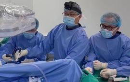 Nội soi lấy hơn 50 viên... sỏi trong khớp háng nữ bệnh nhân