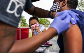 Tiêm 1 liều vaccine AstraZeneca giảm 80%, đủ 2  liều vaccine Pfizer giảm 97% nguy cơ tử vong do COVID-19