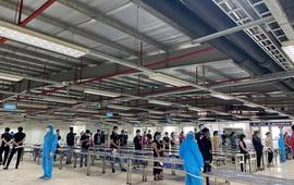 """Nhân viên y tế """"chạy đua"""" với thời gian lấy mẫu xét nghiệm SARS-CoV-2 cho gần 80.000 công nhân"""
