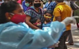Ấn Độ triển khai tiêm vaccine trên ô tô để đảm bảo quy định giãn cách