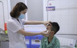 Sợ dịch COVID-19 không dám đến viện khám, bé trai 7 tuổi suýt hỏng mắt