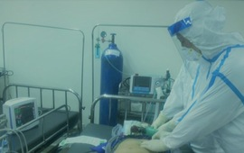 Nhân viên y tế liên tục ép tim, cứu sống bệnh nhân COVID-19 bị nhồi máu cơ tim cấp