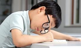 Những dấu hiệu phát hiện trẻ bị cận thị, suy giảm thị lực