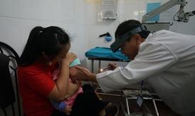 Phòng bệnh viêm kết mạc cho trẻ khi thời tiết giao mùa