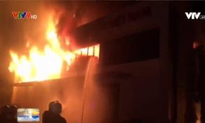 TP.HCM: Cháy nhà xưởng rộng hàng ngàn mét vuông trong đêm