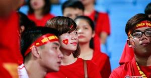 ẢNH: Rực rỡ sắc màu CĐV Việt Nam trước trận gặp ĐT Afghanistan