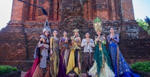Thí sinh Hoa hậu Hữu nghị ASEAN khoe dáng với trang phục truyền thống