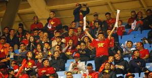 ẢNH: Rực rỡ sắc màu CĐV trên khán đài sân Mỹ Đình trận chung kết ĐT Việt Nam - ĐT Malaysia