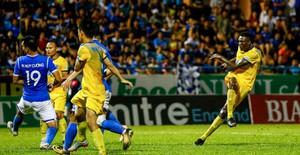 ẢNH: Ofere lập cú đúp giúp FLC Thanh Hoá giành 3 điểm tại Cẩm Phả
