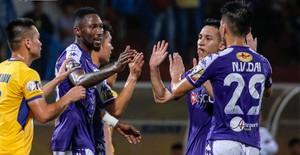 ẢNH: Thắng đậm Sông Lam Nghệ An, CLB Hà Nội vươn lên dẫn đầu V.League