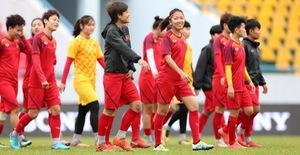 ẢNH: Đội tuyển nữ Việt Nam và Australia tập làm quen mặt SVĐ Cẩm Phả