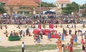 Lễ rước y trang chuẩn bị cho Lễ hội Katê ở Nam Trung Bộ