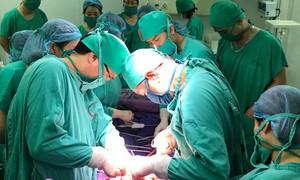 10 bác sĩ hiến máu, trắng đêm cấp cứu sản phụ bị đờ tử cung sau sinh