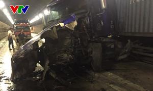 Hai xe đầu kéo đâm trực diện trong Hầm Hải Vân, giao thông Bắc - Nam bị tắc nghẽn nhiều giờ
