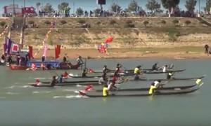 Kon Tum: Đua thuyền độc mộc truyền thống trên sông Đắk Bla