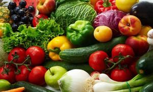 Bữa ăn ngày Tết với cầu vồng rau xanh và quả chín