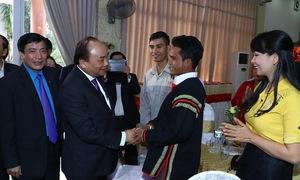 Thủ tướng tặng quà cho công nhân, người lao động tại Đắk Lắk