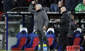 Man Utd thắng kịch tính phút chót, Mourinho không quên so sánh với Man City
